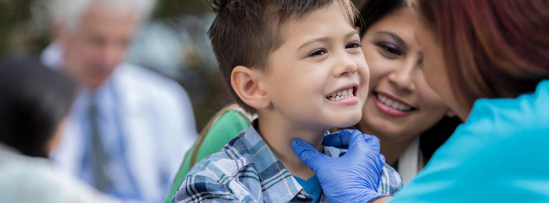 médico revisando la garganta a un niño