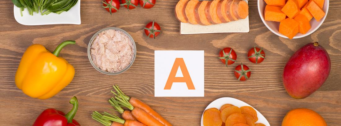 alimentos sobre una mesa con una letra A