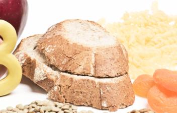 pan y cereales sobre una mesa junto a una letra B