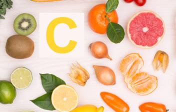 frutas y verduras sobre una mesa y una letra c
