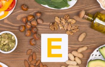 distintos alimentos sobre una mesa y una letra e