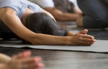 grupo de personas haciendo una postura de yoga