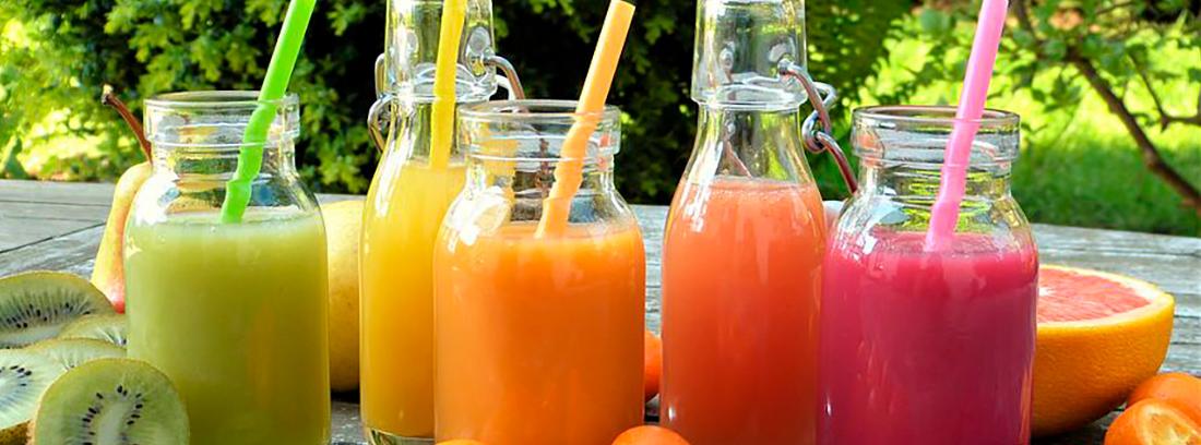 botellas con zumos naturales