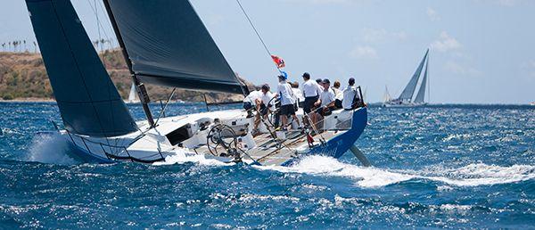 grupo de navegantes en un barco de vela
