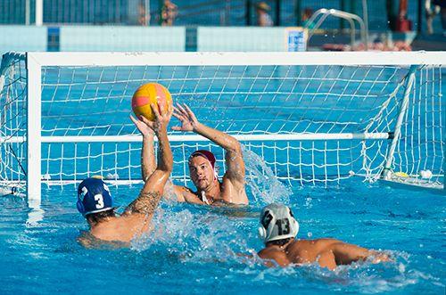 tres deportistas jugando al waterpolo