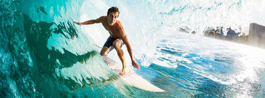chico practicando surf