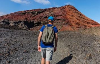 chcio de espaldas con una mochila en el Timanfaya