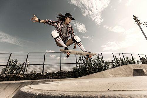 chica practicando skate en ciudad
