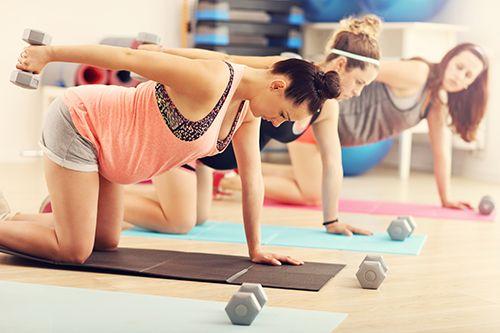 mujeres embarazadas en clase de fitness