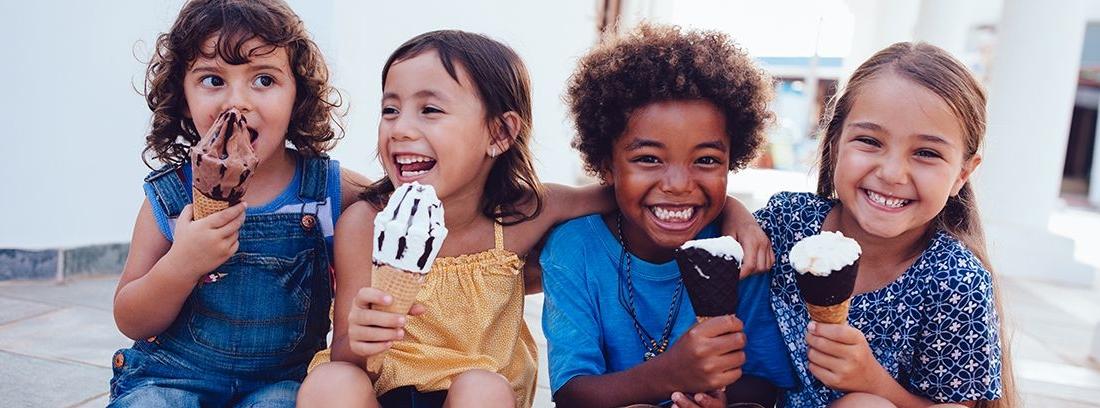 grupo de niñas comiendo un helado de cucurucho