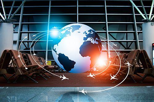 bola del mundo con dibujos de aviones girando alrededor en la sala de espera de un aeropuerto.