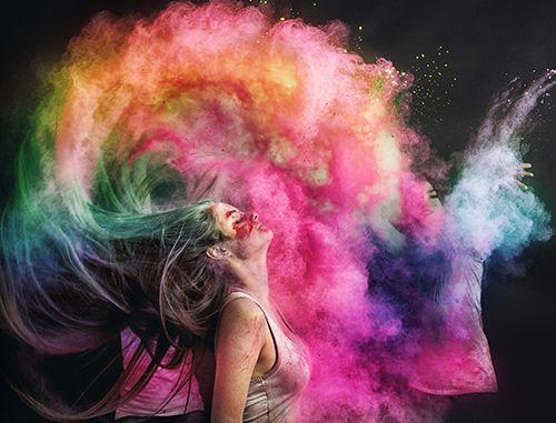 mujer con el pelo de colores en movimiento