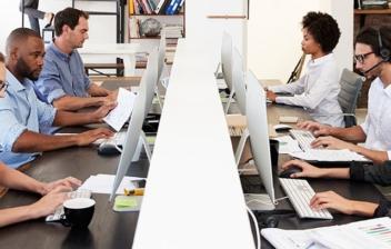 grupo de personas trabajando con ordenadores