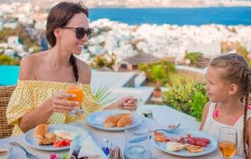 mujer y niña tomando un desayuno para mantenerse en forma