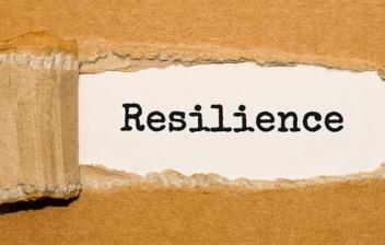 cartón rasgado con la palabra resilience
