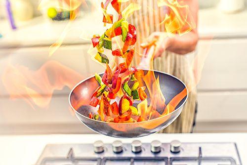 cocinando un wok de verduras