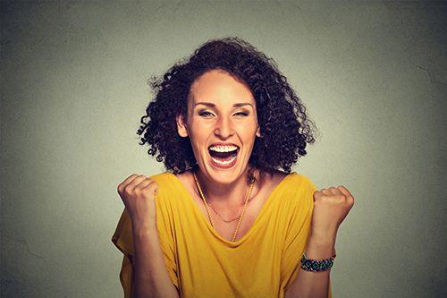 mujer sonriendo euforicamente