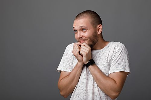 hombre con gesto de timidez como una persona introvertida