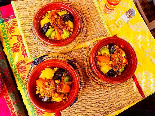 tres cuencos de barro con cuscus, comida marroquí