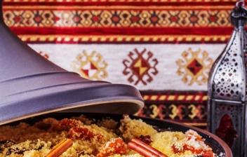 tagine marroquí con cucus y un farolillo