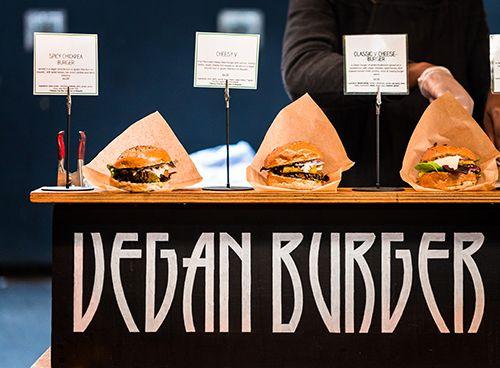 mostrador con hamburguesas veganas