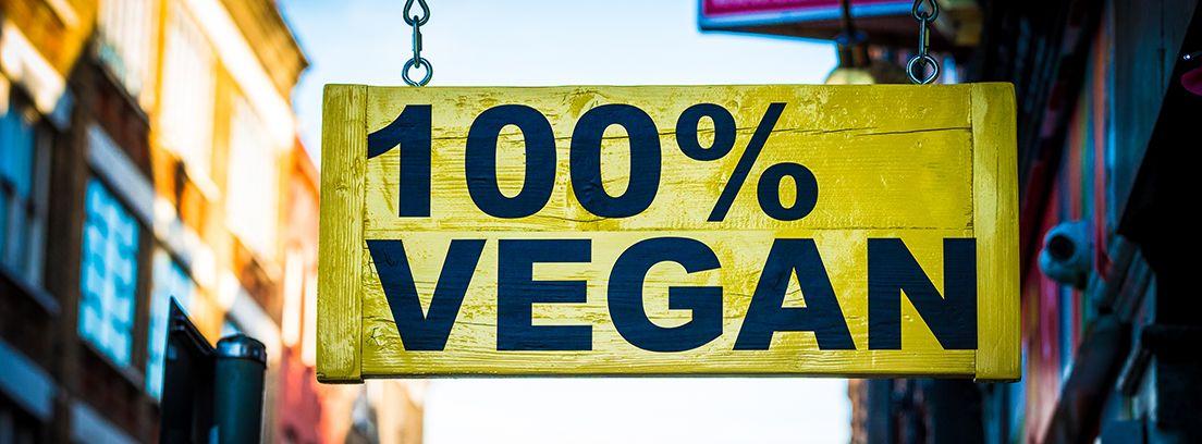 cartel de madera colgado de comida vegana