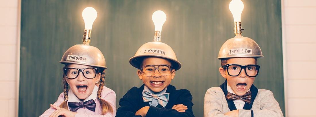 niños con un casco con bombilla en la cabeza
