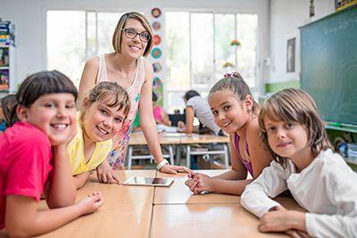 profesora impartiendo clase de educación emocional a