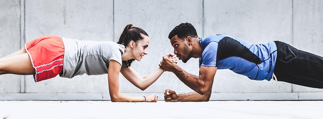 hombre y mujer practicando fitness