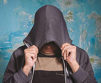 hombre con la capucha de la sudadera tapando la cabeza y el rostro