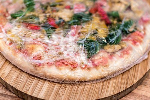 pizza sobre tabla de madera