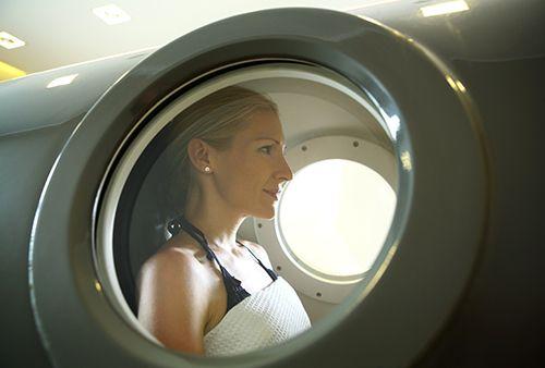 mujer dentro de una cámara hiperbárica