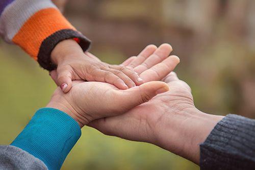 manos de padres e hijo