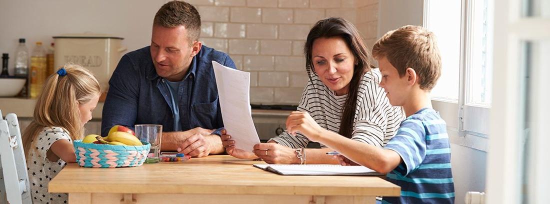 padre y madre haciendo los deberes con sus hijos