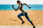 mujer corriendo en la playa