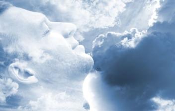 rostro de hombre con los ojos cerrados entre nubes