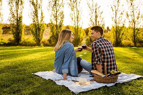 pareja haciendo picnic, estilo de vida