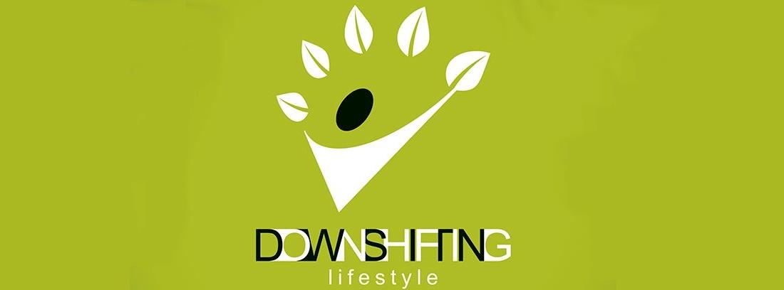 logo downshiftting sobre fondo verde