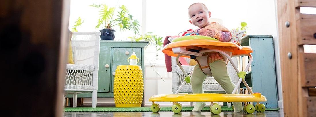 bebé en un andador de bebés