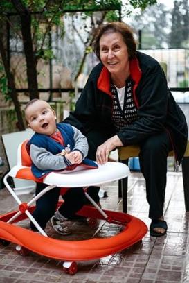 andadores de bebés con un niño y su abuela