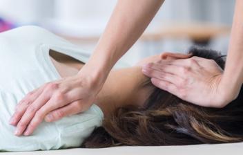 paciente en sesión de fisioterapia del cuello
