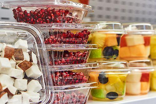 varios recipientes con frutas