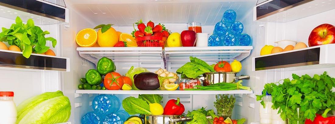 frigorífico con las puertas abiertas llenos de frutas y verduras