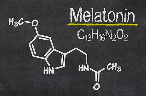 dibujo sobre pizarra de la molécula de melatonina