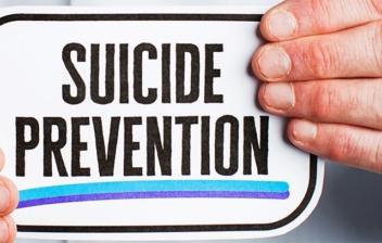 manos sujetando un cartel con las palabras prevención y suicidio