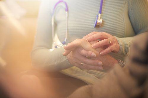 mujer consolando a un paciente