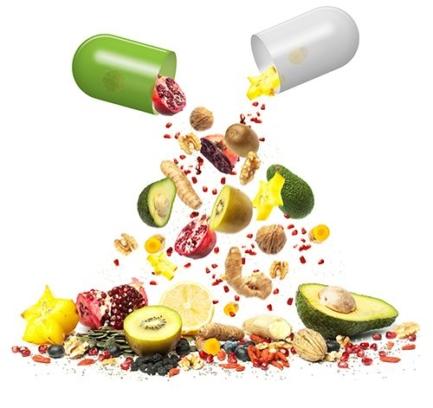 cápsula abierta y saliendo frutas antioxidantes