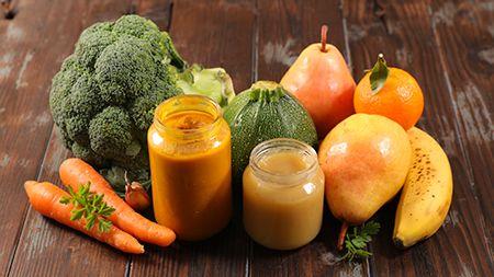 dos tarros de cristal con puré y frutas y verduras