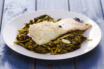 plato de pescado hervido con espinacas