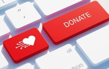 teclado con dos teclas en rojo con un corazón y la palabra donación